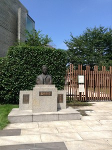 漱石山房記念館の漱石像